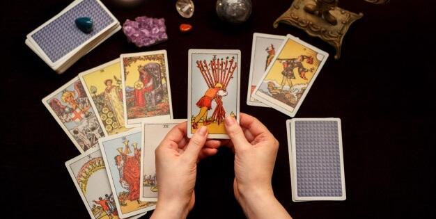tirage de cartes divinatoires lors d'une consultation de voyance Suisse